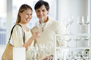 couple-shopping-glassware-590kb081110